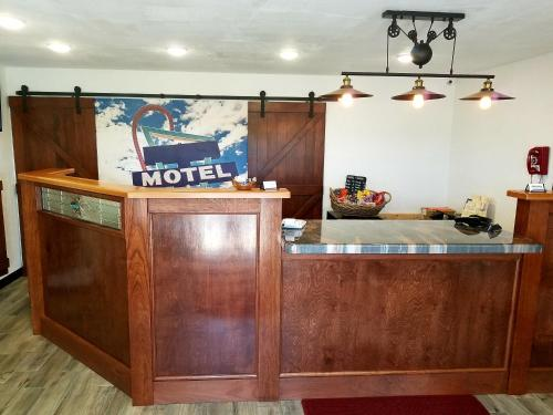 The lobby or reception area at West Plains Motel