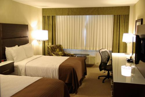 A bed or beds in a room at Holiday Inn Vancouver-Centre Broadway, an IHG Hotel