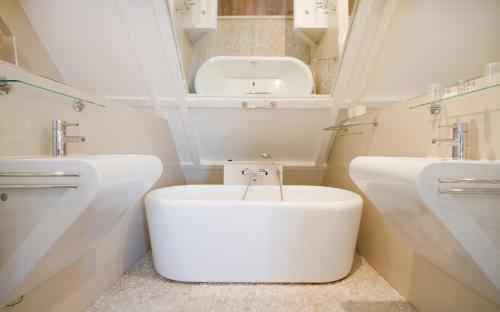 حمام في فندق Acostar