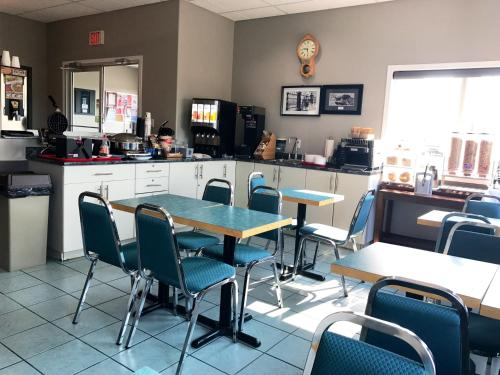 A restaurant or other place to eat at Super 8 by Wyndham Kindersley