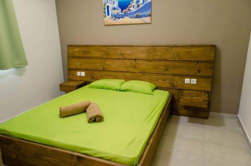 Un pat sau paturi într-o cameră la Maestro Apartments Faliraki