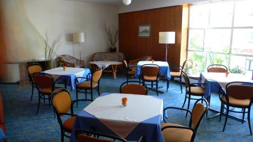 Ein Restaurant oder anderes Speiselokal in der Unterkunft Hotel Meran Hallenbad & Sauna