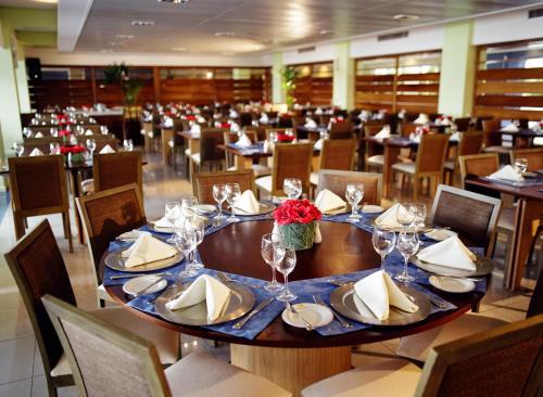 A restaurant or other place to eat at Costão do Santinho Resort All Inclusive
