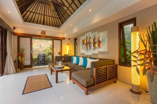 A seating area at Villa Green Mango