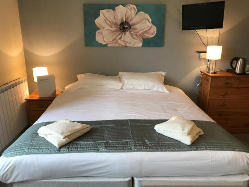 A bed or beds in a room at Halfway House Inn Country Lodge