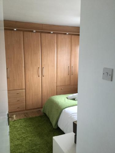 A bed or beds in a room at 4 Bed House next to Basildon Town Centre
