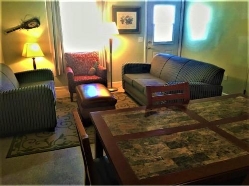 A seating area at Gold Coast Family Cottages