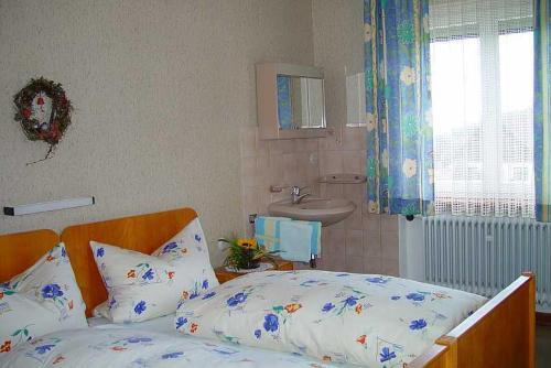 Ein Bett oder Betten in einem Zimmer der Unterkunft Gasthaus und Pension Hintere Höfe