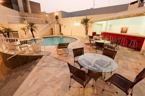 A piscina localizada em Hotel Caiuá ou nos arredores