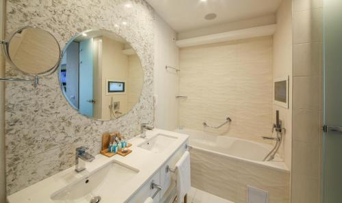 A bathroom at Maritim Paradise Blue Hotel & Spa