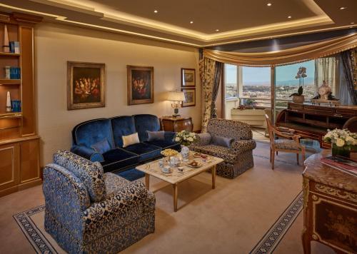 Ein Sitzbereich in der Unterkunft Rome Cavalieri, A Waldorf Astoria Hotel