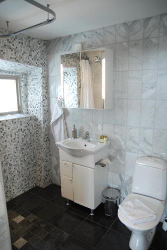 A bathroom at Hotel Sven Vintappare