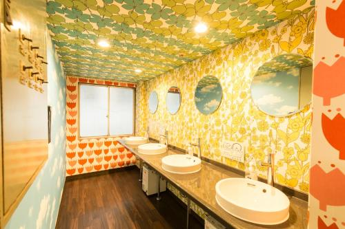 A bathroom at Backpackers Hotel Toyo
