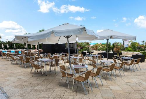 A restaurant or other place to eat at Tryp Lisboa Caparica Mar