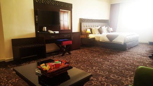 Uma TV ou centro de entretenimento em Procare Apart hotel