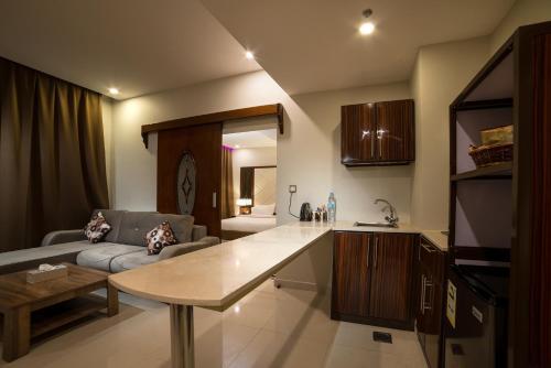 A cozinha ou cozinha compacta de Golden Garden AlMadhina Hotel
