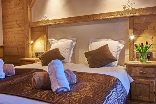 A bed or beds in a room at Chalet Virolet