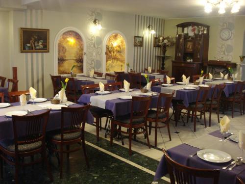 A restaurant or other place to eat at Szent György Fogadó