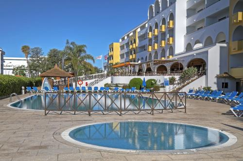 Het zwembad bij of vlak bij Aparthotel Paladim & Alagoamar