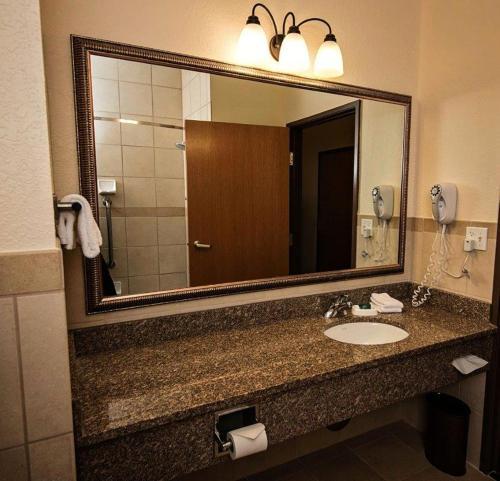 A bathroom at Marv Herzog Hotel