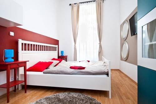 Un pat sau paturi într-o cameră la Metropolitan Studios