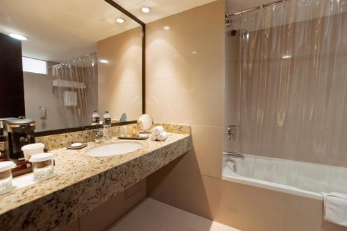 Ein Badezimmer in der Unterkunft Radisson Decapolis Miraflores