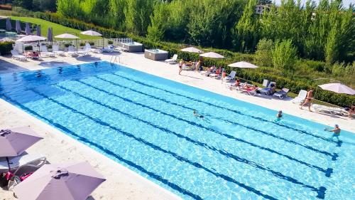 Uma vista da piscina em Hotel Arezzo Sport College ou nos arredores