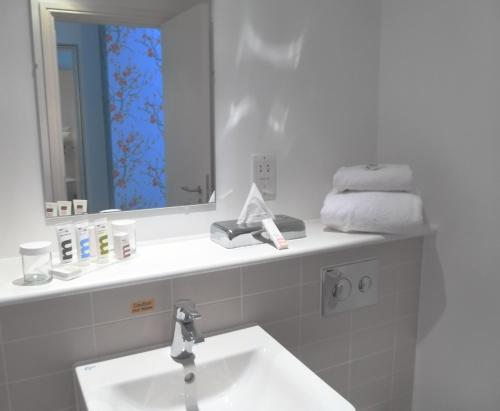 A bathroom at Mercure Darlington King's Hotel