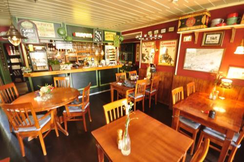 Een restaurant of ander eetgelegenheid bij Hotel De Koegelwieck Terschelling