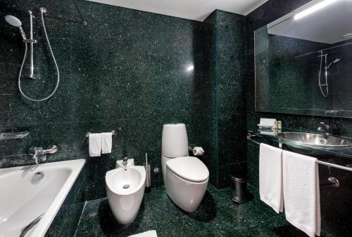 A bathroom at Neat Hotel Avenida