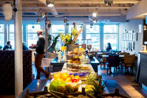 A restaurant or other place to eat at ss Rotterdam Hotel en Restaurants