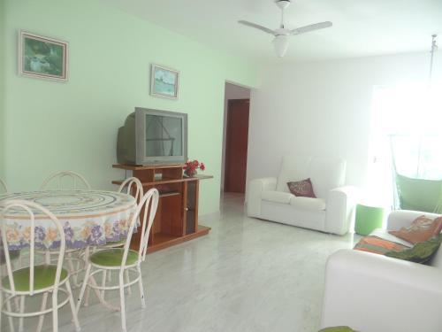 Uma TV ou centro de entretenimento em Residencial Marina Clube