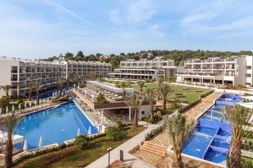 Widok na basen w obiekcie Zafiro Palace Palmanova lub jego pobliżu