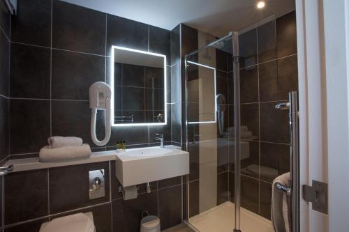 A bathroom at Burton Hotel