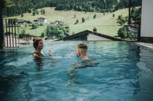 Der Swimmingpool an oder in der Nähe von Adler Resort