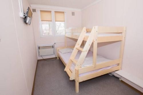 Двухъярусная кровать или двухъярусные кровати в номере Hostel Metro