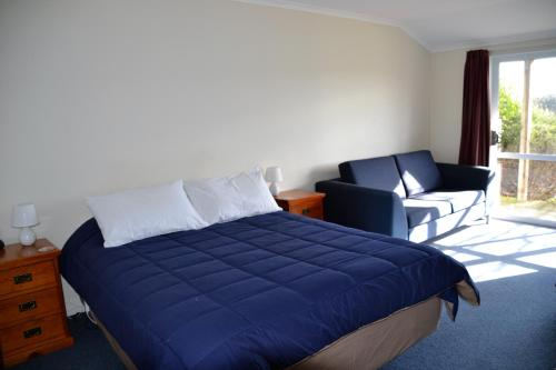 A bed or beds in a room at Catlins Gateway Motels