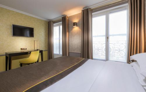 A bed or beds in a room at Vendôme Opera Hotel