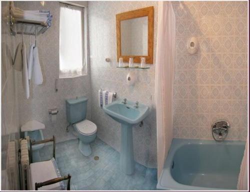 A bathroom at Hostal Toscana