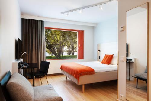 Łóżko lub łóżka w pokoju w obiekcie Hotel Hanasaari