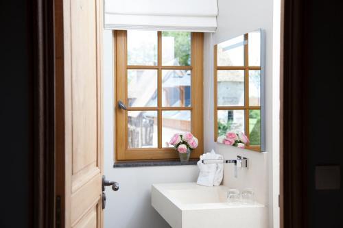 Een badkamer bij Manoir de Surville