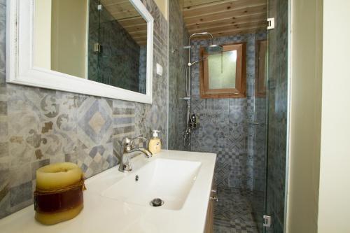 A bathroom at Arodamos Sea House