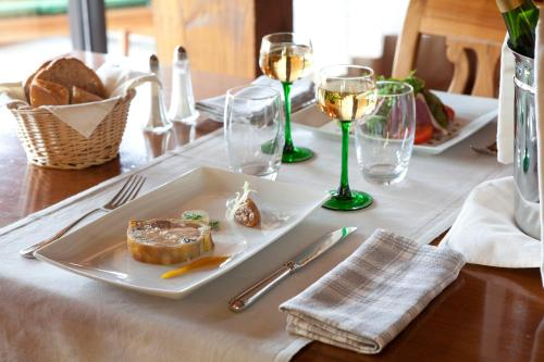 A restaurant or other place to eat at Logis Hotel Le Parc & Spa