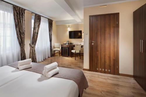 A bed or beds in a room at Hotel Bonum Old Town