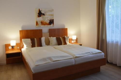 A bed or beds in a room at Boutique Hotel Wolfsburg