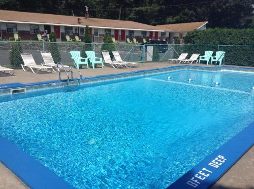 The swimming pool at or close to Robin Hood Motel