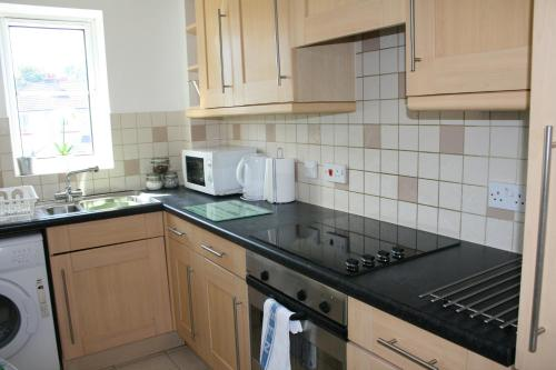 A kitchen or kitchenette at Oceana Accommodation - Sycamore court, Southampton apartment, Walking distance to hospitals, parking, sleeps 6