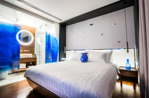 A bed or beds in a room at Tien Hotel.Residence