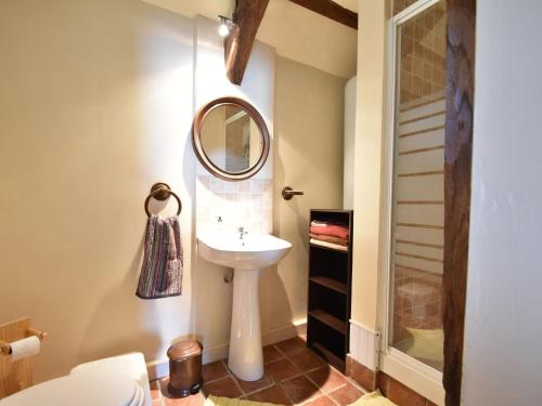 A bathroom at Cozy Holiday Home in Ceauce near Lake