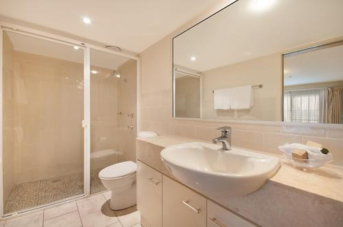 A bathroom at Riverside Holiday Apartments